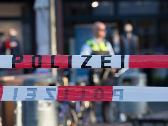 Polizei-Absperrungen.