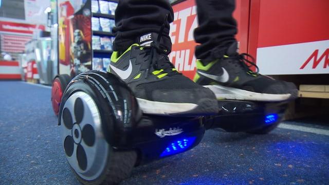Nahaufnahme Füsse auf einem Smart Wheel.