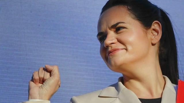 Tichanowskaja ballt die Hand zur Faust und blickt etwas grimmig lächelnd in die Ferne.