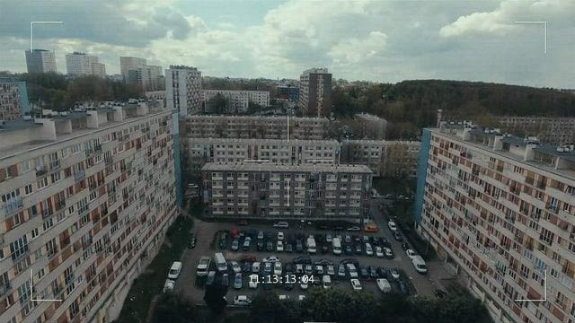 Totale Aufnahme eines Wohnblocks, gefilmt von weit oben mit Hilfe einer Drohne.