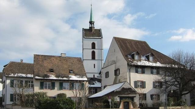 Die Dorfkirche in Riehen, umrahmt von Häusern