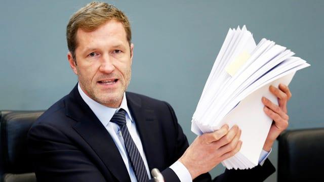Ministerpräsident Paul Magnette mit Blättern