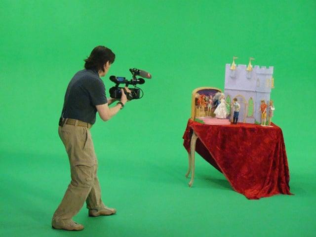 Ein Mann filmt einen Tisch.