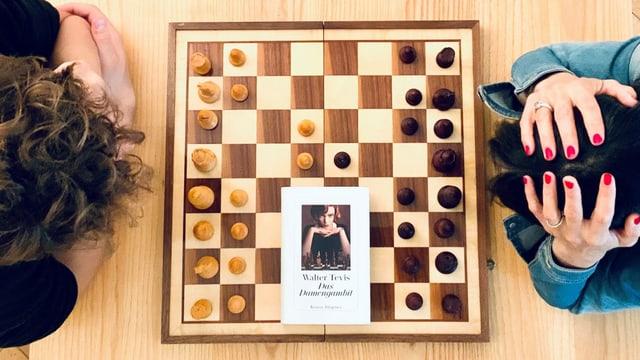 Annette König spielt gegen Schachgrossmeister Nico Georgiadis. Dieser hat mit dem Damengambit eröffnet.