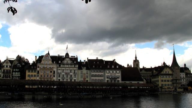 Dunkle Wolken über der Luzerner Altstadt.
