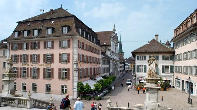 Blick von der Kathedralentreppe auf den Klosterplatz und das Hotel.