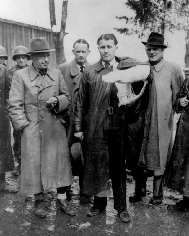 Wernher von Braun (mit Verband), der Erfinder der V2-Rakete, am 2. Mai 1945 in Peenemünde.