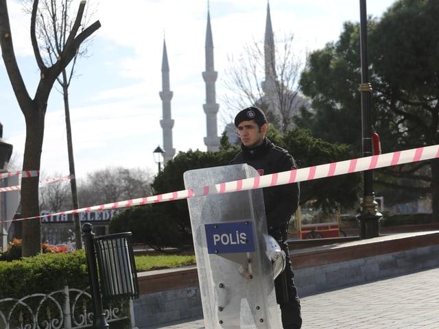 Polizist sichert Tatort