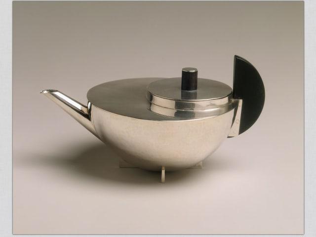 Teekanne aus Metall aus runden Formen.