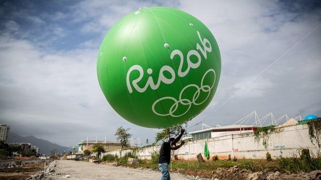 Ballon gigant cun l'inscripziun Rio 2016.