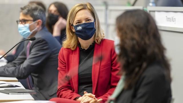 Esther Keller diskutiert im Regierungsrat.