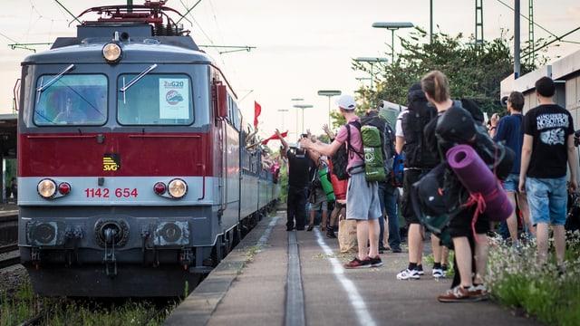 Il tren ch`è vegnì controllà a Basilea era in tren spezial per ils demonstrants, sco qua a Kornwestheim, Baden-Württemberg.