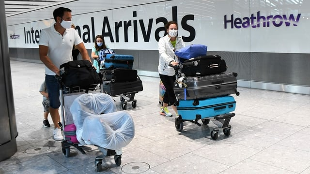 Flugpassagiere mit Gepäck.