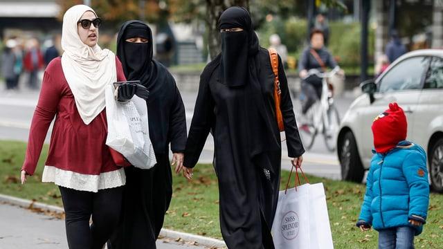 Verhüllte Frauen auf der Strasse.