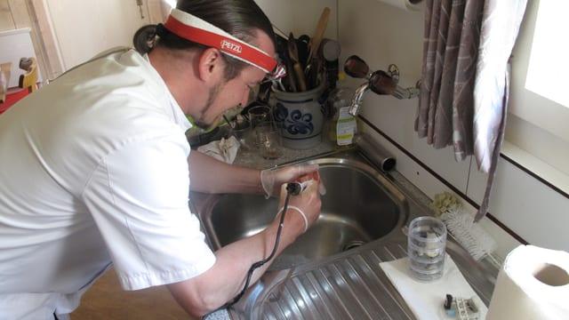 In der Küche setzt Michael Keller seine Fräse in Betrieb.