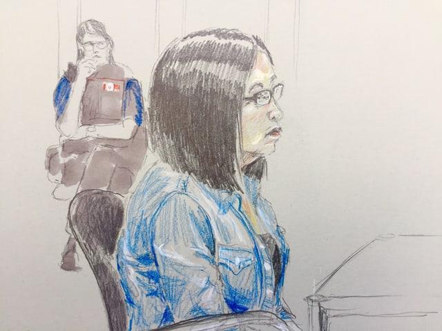 Zeichnung aus dem Gerichtssaal: die angeklagte Frau und im Hintergrund eine Polizistin
