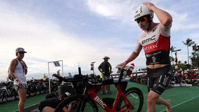 Ronnie Schildknecht steigt vom Rad, bevor er den Marathon läuft.