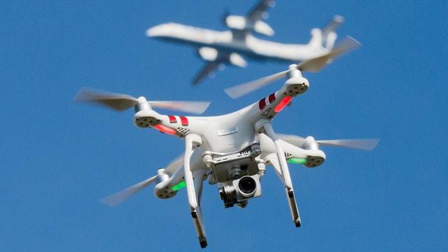 Eine Drohne und ein Flugzeug im Hintergrund.