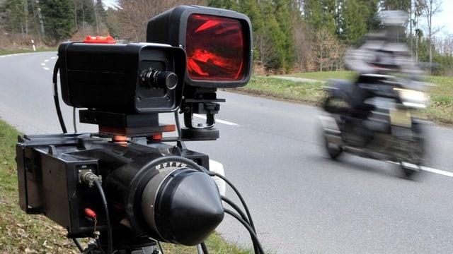 Geblitzt: Ein junger Töff-Fahrer war in Bottmingen viel zu schnell unterwegs.