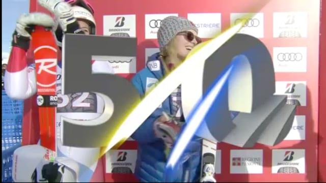 Wendy Holdener auf dem Podest, eingeblendet die 50 von FIS.