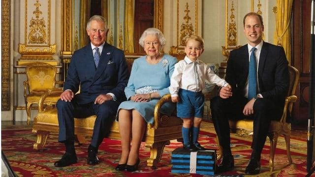 Prinz Charles, Queen Elizabeth, Prinz George und Prinz William posieren für den Fotografen.