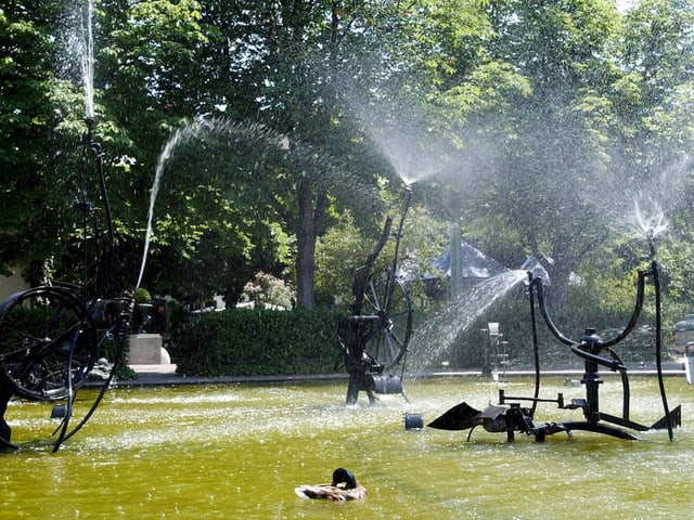 Verschiedene Fontänen spritzen in alle Richtungen am Tinguely-Brunnen.