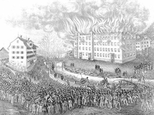 Bleistiftzeichnung mit einer Menge aufgebrachter Menschen vor einem mehrstöckigen Fabrikgebäude, aus dem grosse Flammen schlagen.