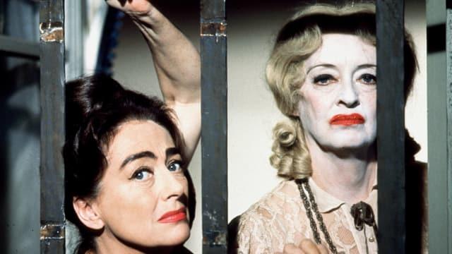 Zwei Frauen. Eine Frau ist als Clown geschminkt.