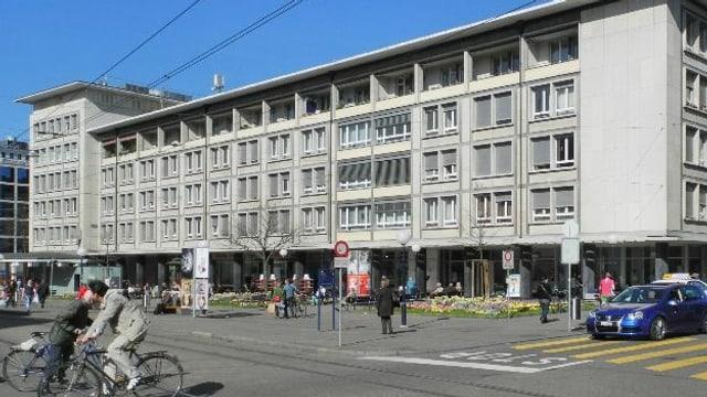 Blick vom Claragraben auf den Claraplatz. Im Hintergrund ein vierstöckiges Gebäude.