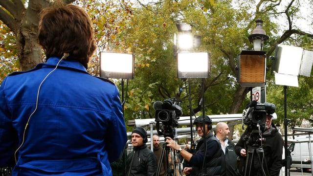 Fernsehreporterin vor der Kamera.