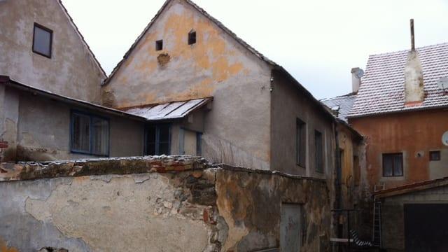 Heruntergekommene Bauten auf dem Weg nach nove Mesto.