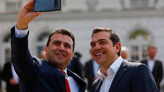 Zaev macht ein Handy-Selfie mit Tsipras.