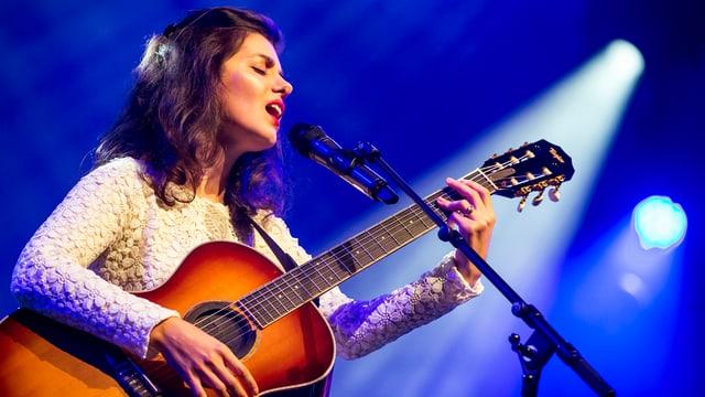 Katie Melua am Mikrofon singend mit Gitarre in der Hand