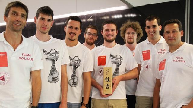 Acht Männer am posieren für ein Foto.