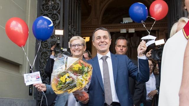 Ignazio Cassis cun baluns cotschens e blaus.