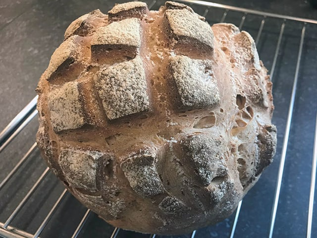 Runder Brotlaib frisch gebacken