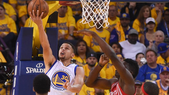 Stephen Curry springt am Korb hoch.