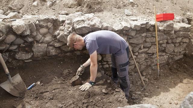 Mann bei Ausgrabungen
