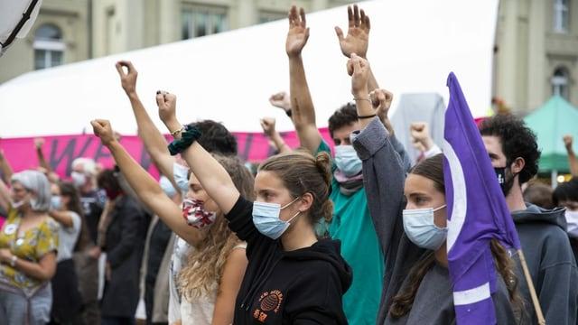 Klimaaktivisten demonstrieren auf dem Bundesplatz, am Dienstag, 22. September 2020. Mädchen strecken die Arme in die Höhe.