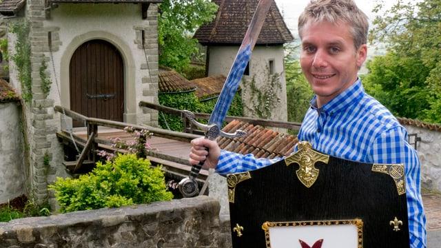 Reto Scherrer mit Schwert und Schild.
