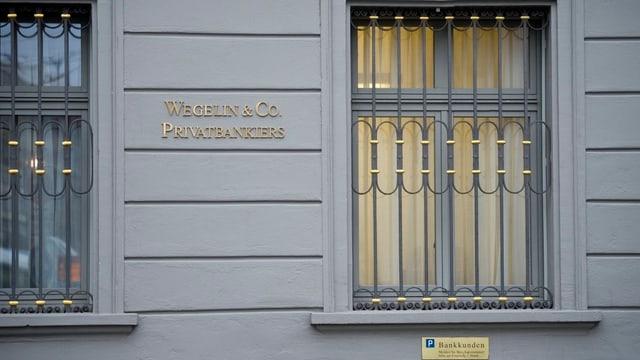 Vergittertes Fenster der Bank Wegelin