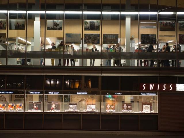Aussenaufnahme der Vernissage in der Stadtbibliothek Luzern