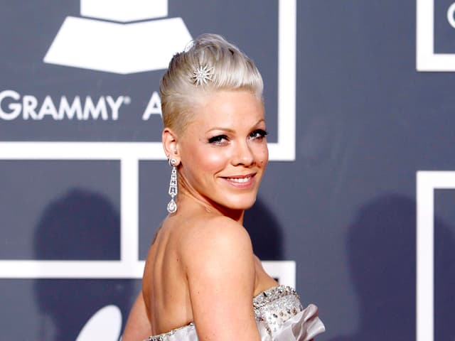 Sängerin Pink lächelt in Kamera