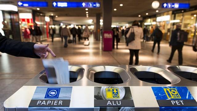 Getrennte Abfallkübel für Papier, Alu und PET ab einem Bahnhof.