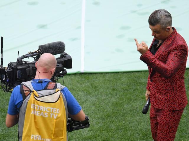Robbie Williams zeigt Kamera den Stinkefinger