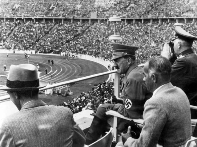 Adolf Hitler mit Entourage im Berliner Olympiastadion, 1936