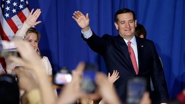 Cruz und seine Frau verabschieden sich winkend von ihren Anhängern.