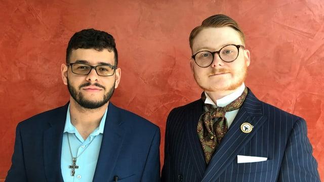 Zwei junge Männer in Sakko und Doppelreiher