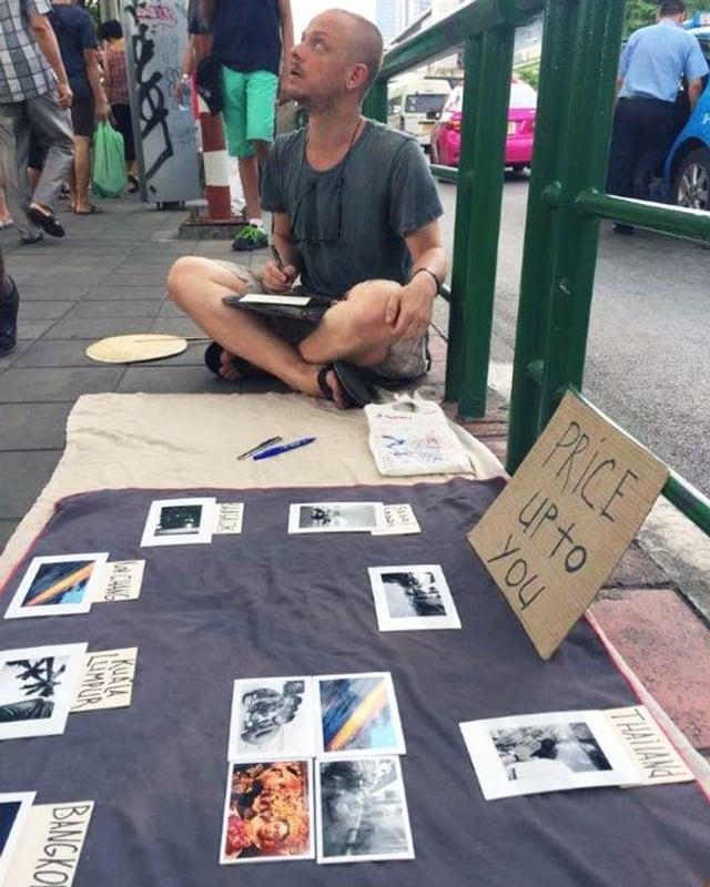 Ein Beg-Packer bettelt am Strassenrand in Bangkok.