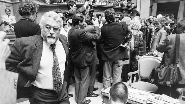 Der soeben gewählte Matthey steht ganz alleine da, während sich Fotografen und Journalisten um Brunner versammeln.